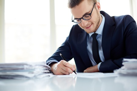 papeles oficina: Retrato de hace notas empleado de oficina guapos