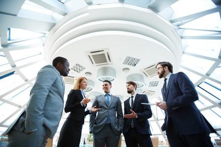 gente comunicandose: Grupo de hombres de negocios que discuten las ideas en la reunión Foto de archivo