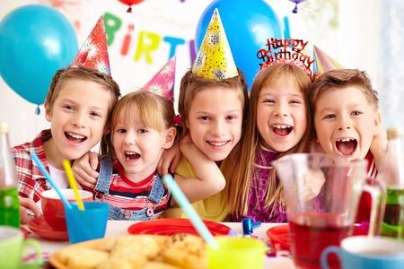 Groep van schattige kinderen kijken naar de camera op verjaardagsfeestje