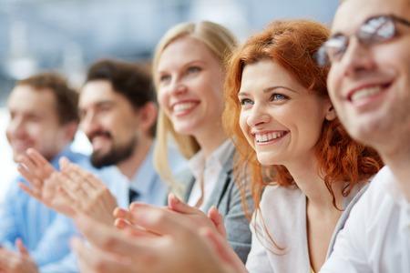 Foto di uomini d'affari felice applaudire al convegno, concentrarsi sulla donna sorridente