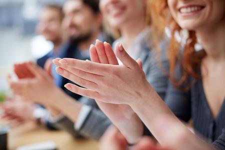 Photo de gens d'affaires de mains qui applaudissent à la conférence