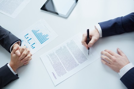 hoja de calculo: Dos encargados de firmar un contrato