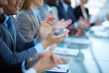 aplaudiendo: Jóvenes socios de negocios aplaudiendo a reportero después de escuchar la presentación en el seminario