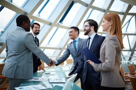 Twee zakenlieden handshaking na opvallende grote deal Stockfoto