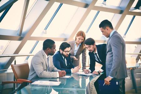 Gruppe der Geschäftsleute, die Daten oder der Planung der Arbeit auf der Sitzung Standard-Bild - 31182034