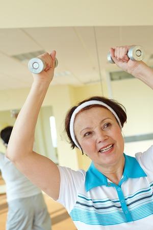 actividad fisica: Retrato de mujer de hacer ejercicio f�sico con pesas Foto de archivo