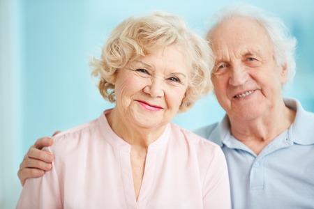 Portret van glimlachende senioren genieten van tijd doorbrengen samen