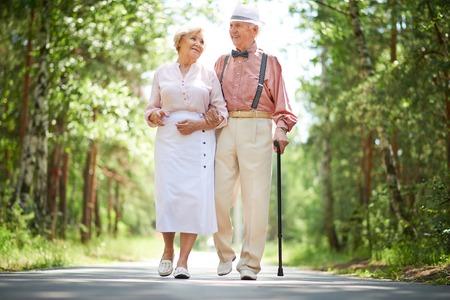 Gelukkig senioren praten tijdens een wandeling in het park