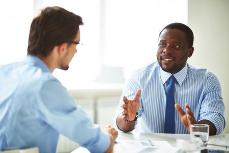 negotiation: Imagen de dos j�venes empresarios que interact�an en la reuni�n en la oficina Foto de archivo