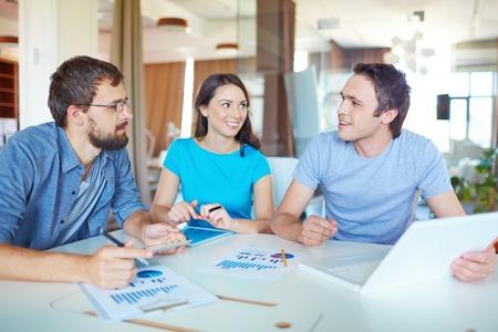 ležérní: Skupina tří úspěšných obchodních partnerů v neformální práce na setkání v kanceláři