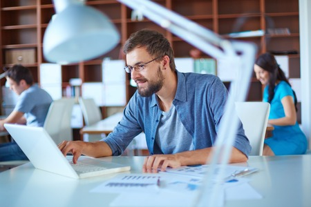 technology: Doanh nhân đẹp trai trong mạng bình thường trong văn phòng