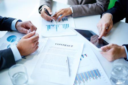 planung: Bild von Geschäftsdokumenten, Touchpad, Stift und Gläser auf Arbeitsplatz im Meeting