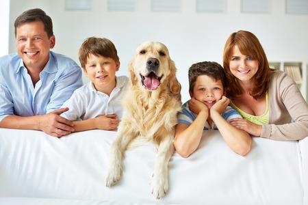 Lachende gezin van vier met een hond
