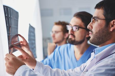 fractura: Personas médicas que examinan las imágenes de rayos x Foto de archivo