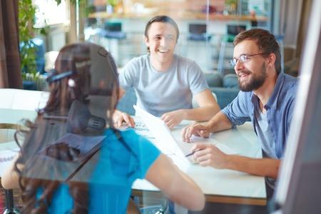 reunion de personas: J�venes socios de negocios en discusiones sobre ideas o proyecto en la reuni�n en la oficina Foto de archivo