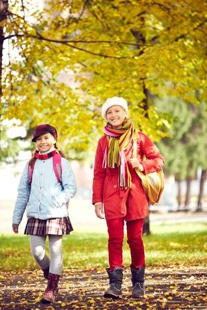 niños caminando: Retrato de dos colegialas a casa después de la escuela