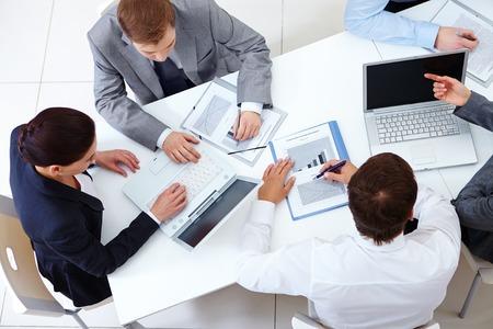 사업 팀의 뷰가 테이블 주위에 앉아 작업 위