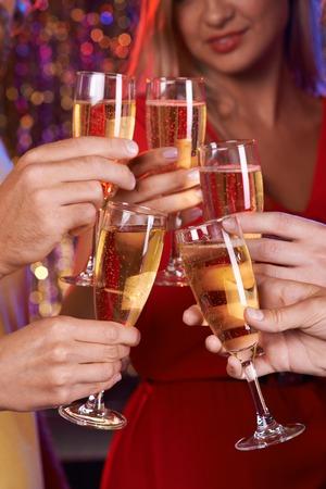 brindisi champagne: Mani umane con champagne flauti tostatura in festa