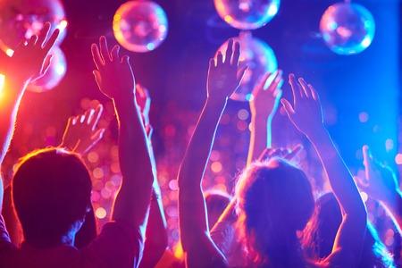 people dancing: Armi di amici che ballano in night club Archivio Fotografico