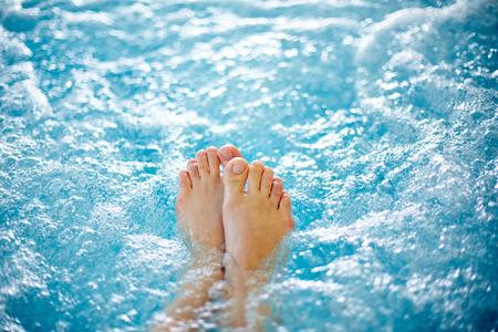 뜨거운 욕조에 여성의 다리의 근접 스톡 콘텐츠