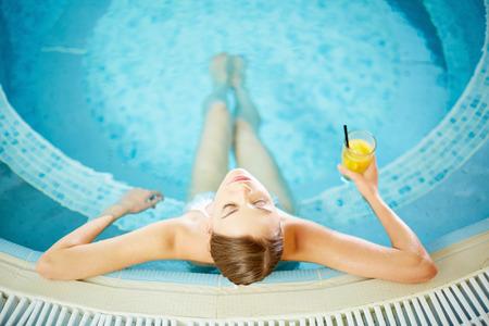 Jonge vrouw met een goede tijd in het zwembad