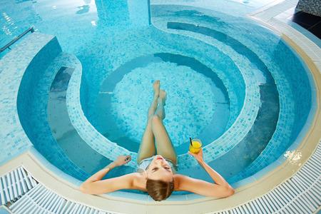 Hoge hoek mening van meisje zitten in het zwembad Stockfoto