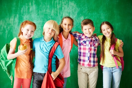 ni�o escuela: Retrato de los compa�eros de clase de amistad que mira la c�mara con una sonrisa Foto de archivo