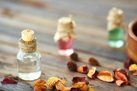 hojas secas: Esencias arom�ticas en peque�as botellas y hojas secas cerca por