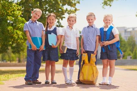 üniforma: Dışında okul üniformalı birkaç çocuk Stok Fotoğraf