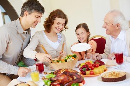 familia cristiana: Retrato de la familia cariñosa por mesa de Acción de Gracias Foto de archivo