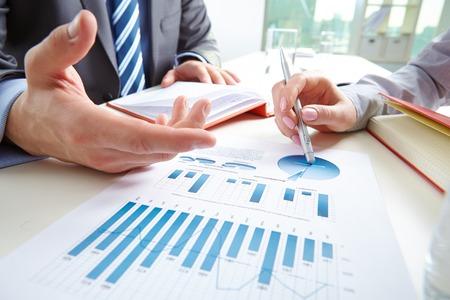 revisando documentos: De negocios que se�ala el documento mientras que discutirlo con su colega en la reuni�n