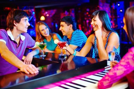 bares: Retrato de jovens amig�veis ??com cocktails no bar