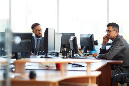 agente comercial: Colegas varones que trabajan en la oficina