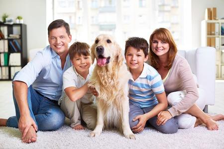 Retrato de feliz fin de semana el gasto familiar en casa