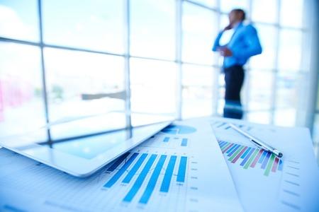 Documentos de negocios, touchpad y lápiz sobre fondo de empresario por ventana de la oficina Foto de archivo - 32283906