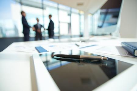 Ufficio tavolo con penna a sfera Archivio Fotografico - 32514128