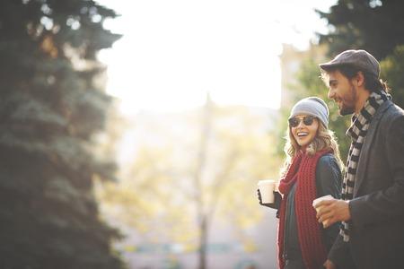 가을 산책하는 젊은 사람들