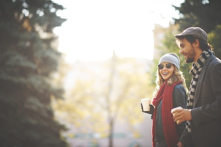 parejas caminando: Gente joven que recorre en otoño Foto de archivo