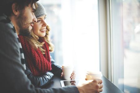 romance: Młodzi ludzie patrząc na oknie kawiarni