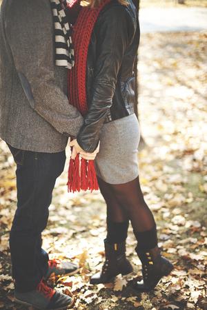 novios besandose: Joven pareja bes�ndose en el parque de oto�o