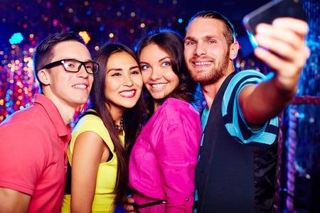 nighttime: Los j�venes que toman selfie en el club nocturno