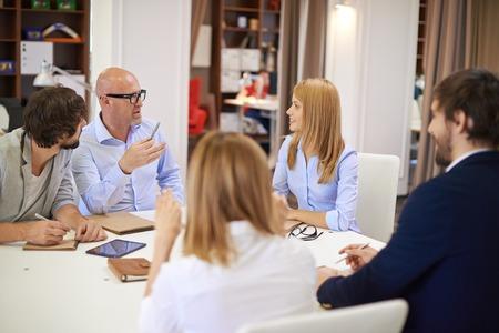 gente comunicandose: La gente de negocios que se comunican en la reuni�n en la oficina