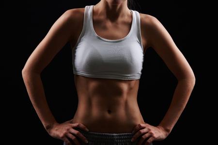 partes del cuerpo humano: Cuerpo de mujer delgada en ropa deportiva de pie en el aislamiento Foto de archivo