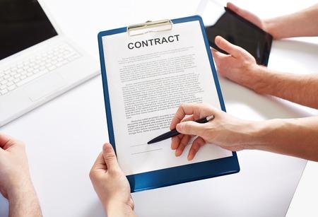 manos unidas: Manos que sostienen un contrato comercial Foto de archivo