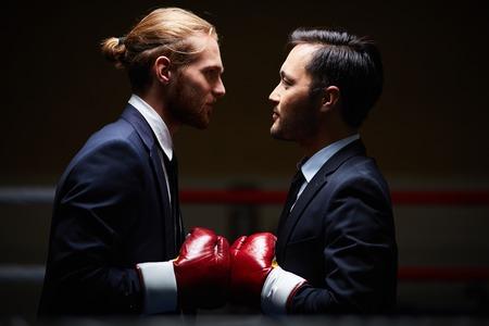 分離で別の 1 つを見ている 2 つのビジネスの男性ボクサー