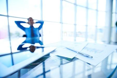 recursos financieros: Los documentos mercantiles, touchpad y l�piz en el lugar de trabajo en el fondo del gestor de descanso
