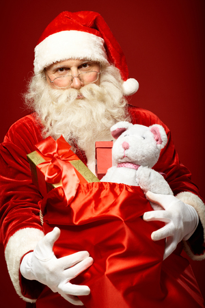 generoso: Retrato de generosas de Santa Claus que presenta en saco rojo grande Foto de archivo