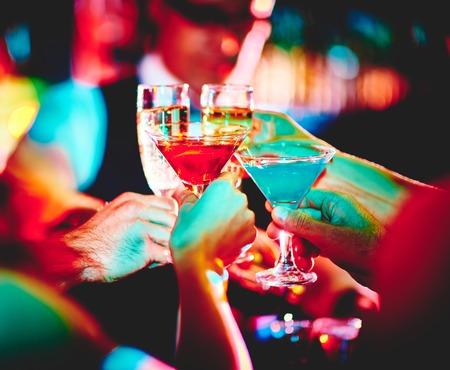 Hände von Freunden mit Cocktails, die Toast auf Partei Standard-Bild - 33278208