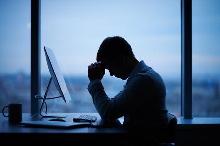 cansancio: Hombre de negocios cansado o estresado se sienta delante de la computadora en la oficina Foto de archivo