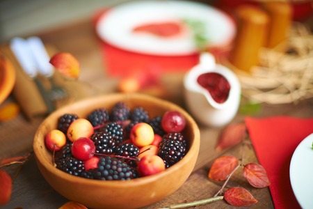 rennet: Fresh rennets and blackberries in wooden bowl